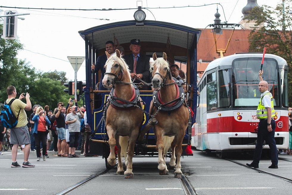 Dopravní podnik města Brna loni po 150 letech, kdy Brnem projela první koněspřežná tramvaj, odhalil na stejném místě historický označník.