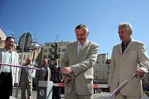 Ladislav Macek slavnostně otevírá nový automatický systém na parkovišti ve Veselé ulici v Brně.