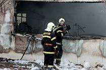 Hasiči bojovali v neděli přibližně od půl dvanácté dopoledne s požárem průmyslové haly v Židlochovicích na Brněnsku. Hořet začala papírna a výrobna mucholapek Papírna Moudrý. Jeden popálený člověk skončil v péči záchranářů.