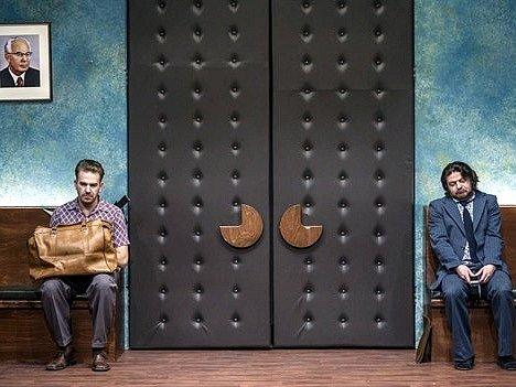 Osm postav beze jména postupně zaplní místnost, v níž po celou dobu inscenace nepadne jediné slovo. Vyřčené repliky nahrazuje sarkasmus a absurdita. Na snímku herci Stanislav Majer a Leoš Noha (zleva).