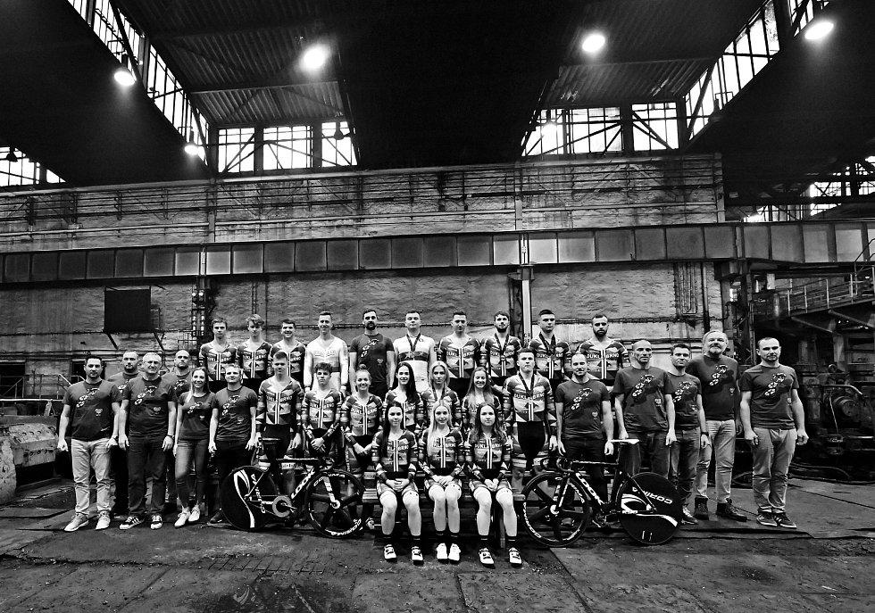Dráhoví cyklisté brněnské Dukly při oficiálním focení v ostravské hutnické továrně.