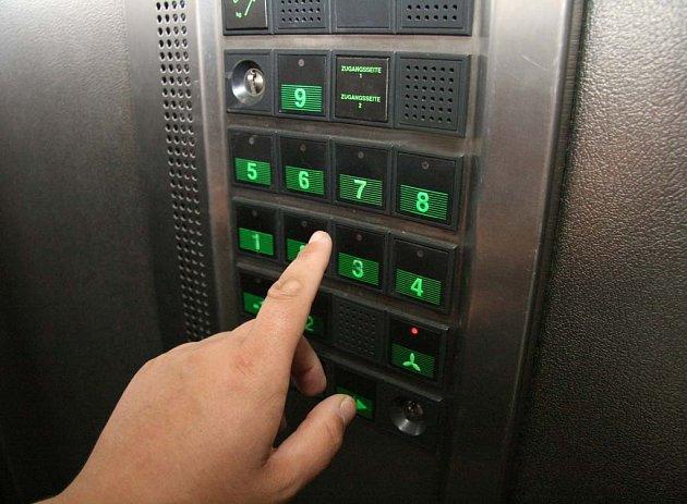 Výtah s oblsluhou je v obchodním domě Vágner.