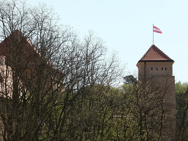 Vlajka města Brna zdobí od neděle hrad Veveří. V jedenáct hodin dopoledne ji na Prachovskou věž vyvěsil kastelán Petr Fedor.