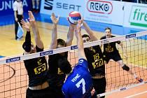 Volejbalisté Brna (na snímku v černém dresu) rozhodující souboj o postup do semifinále prohráli.