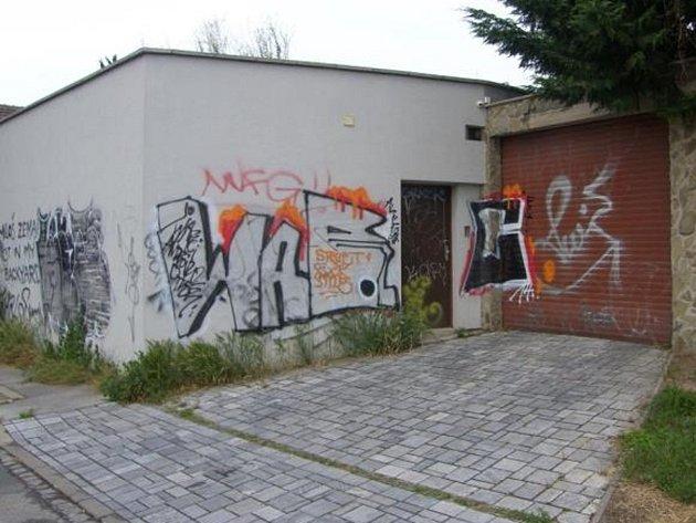 Sprejerská skupina, která řádí v Brně.