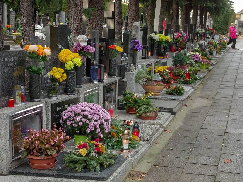 Na znojemském hlavním hřbitově již v pátek odpoledne ležela na mnoha hrobech čerstvá výzdoba a blikaly svíčky. Další desítky lidí přicházely do rozlehlého hřbitova navštívit a upravit místa posledního odpočinku svých blízkých.