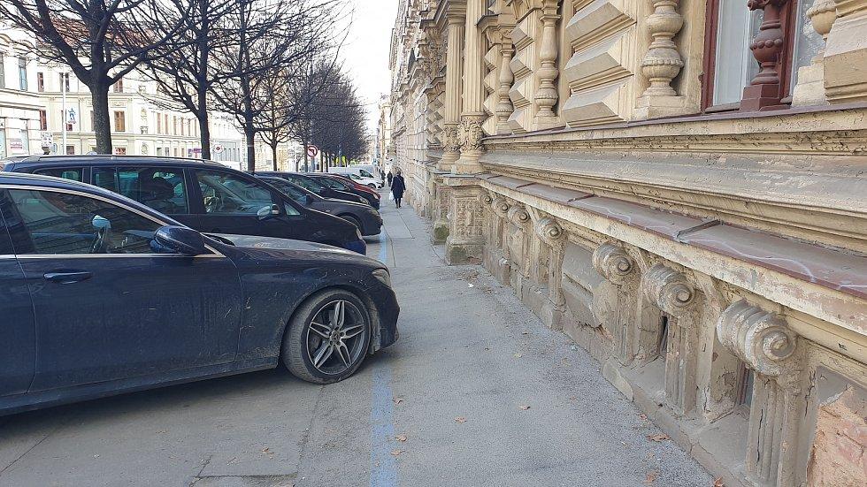 Úzké průchody pro pěší v brněnské Veveří ulici.