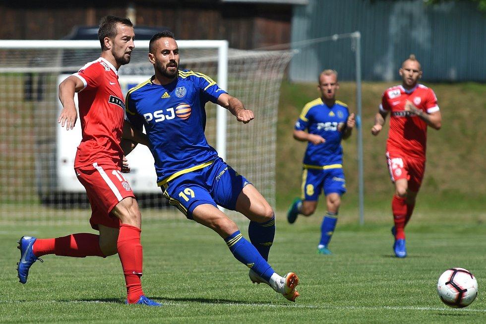 Přípravný zápas mezi Zbrojovkou Brno (červená - Adam Fousek) a Jihlavou (modrá)