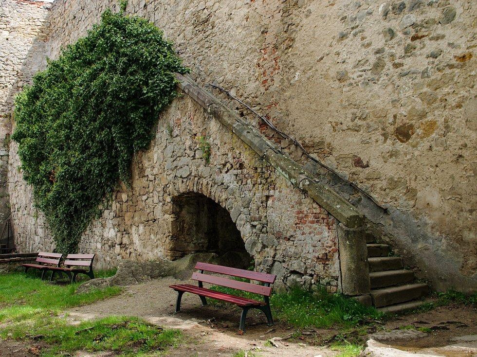 Nedaleko Buchlovic na Zlínsku stojí na vysokém kopci zdaleka viditelný a majestátný hrad Buchlov.