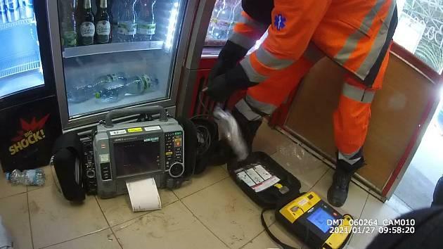 Policisté při záchraně cizince, který zkolaboval na autobusovém nádraží Zvonařka, použili defibrilátor.
