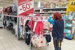Regály a prostory v brněnském supermarketu ohraničené páskami se zákazem vstupu kvůli nejnovějšímu vládnímu opatření proti šíření koronaviru.