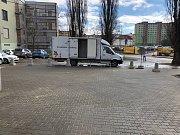 Zátarasy nově brání vjezdu autům přímo k vlakovému nádraží v Brně-Židenicích.