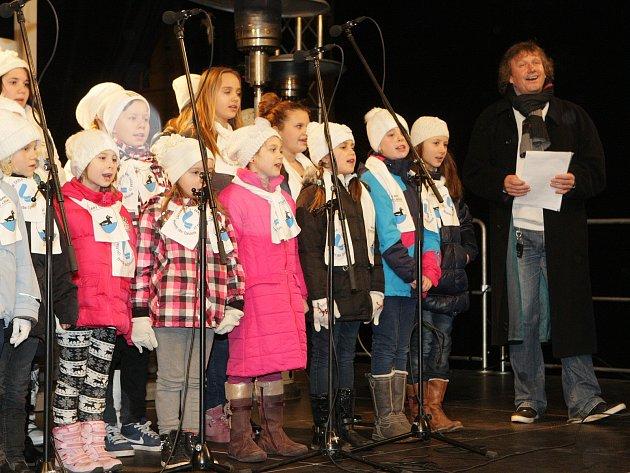 Náměstí Svobody: koledy se Standou Hložkem zpívalo přes tři tisíce lidí.