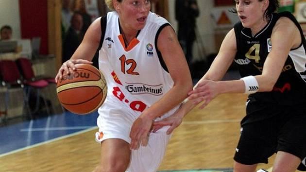 Zsófia Fegyvernekyová (vpravo) je stejně jako Zuzana Žirková výbornou střelkyní z dálky.
