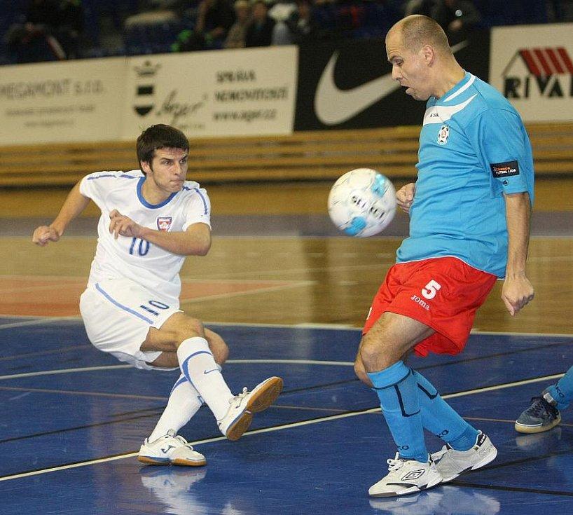 Futsalista Tanga Brůna (v bílém).