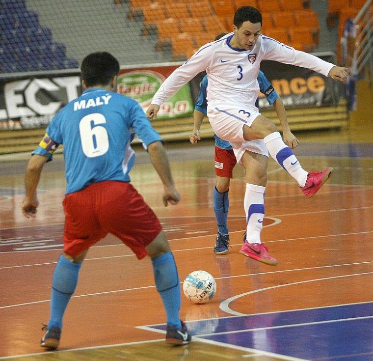 Futsalista Tanga Chadzidis (v bílém).
