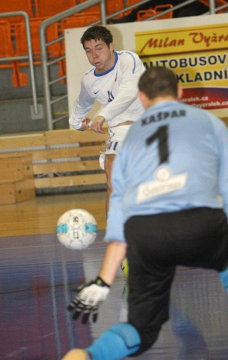 Futsalista Tanga Seidler (v bílém).