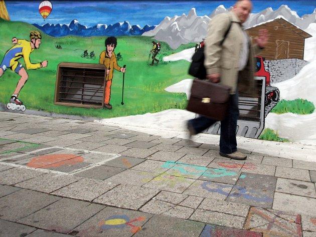 V POHYBU. Bratislavskou ulici zdobí nové graffiti. Namalovat si jej nechal majitel obchodu a zobrazuje řadu sportovních aktivit.