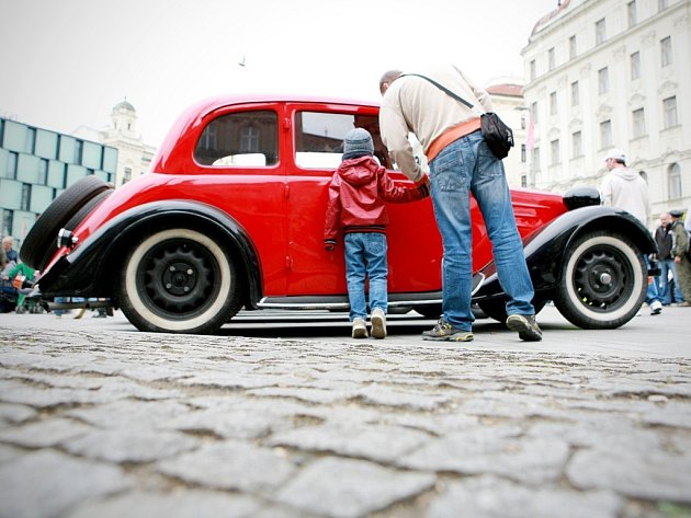 Historická auta na náměstí Svobody.