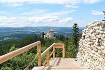 Pohled na hrad Kašperk z Pustého hrádku.
