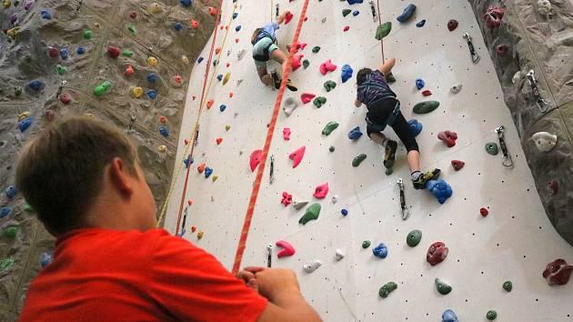 Příměstský lezecký tábor v brněnských Štýřicích láká děti na šestnáctimetrovou stěnu.