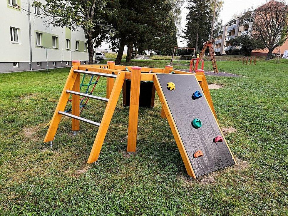 Dětské hřiště v blanenské ulici Chelčického je zavřené, stejně tak jako workoutové v Lanžhotě na Břeclavsku.