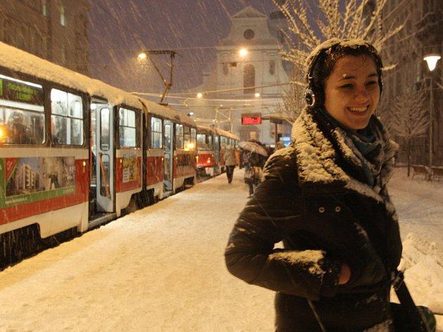 Ani večer v Brně nepřestalo sněžit.
