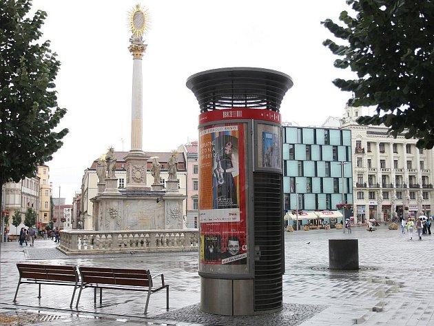VSTUP POD ZEM. Někteří lidé považují trojici tajemných válců na náměstí Svobody za veřejné záchodky. Pletou se.