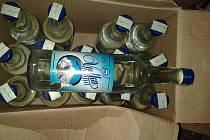 Deset obchodů prodávající i neznačený alkohol odhalili brněnští celníci při svých kontrolách v uplynulých dvou týdnech. Objevili sto třicet litrů tvrdého alkoholu za víc než třiatřicet tisíc korun.