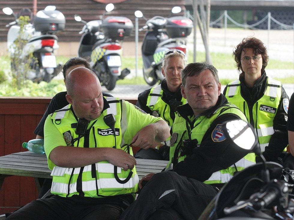 Pilotního kurzu zaměřeného na jízdu na skútru v městském provozu se v pondělí účastnilo patnáct brněnských strážníků, na Masarykově okruhu je školil závodník Karel Abraham a testovací jezdec Karel Táborský.