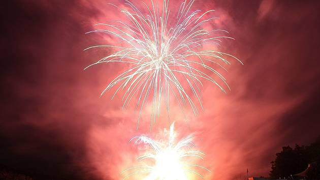 Ohňostroj řecké skupiny Nanos Fireworks.
