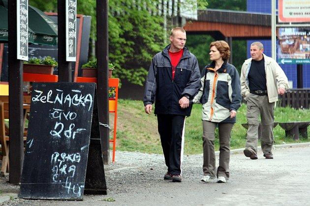 Ani akční nabídky restaurací a stánků na přehradě v chladném počasí k posezení nelákají.