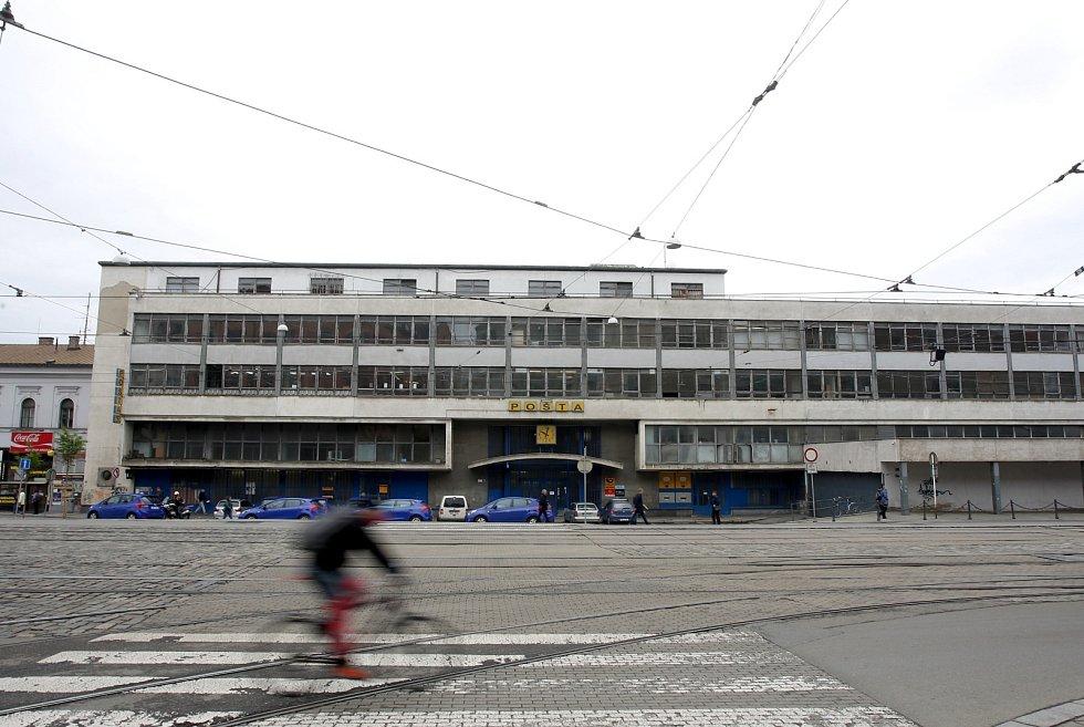 Rozlehlá budova u brněnského hlavního vlakového nádraží poskytuje zázemí největší jihomoravské pobočce České pošty. Ta nyní vyhodnocuje, jak budovu využije v budoucnu. Jak zjistil Brněnský deník Rovnost, pošta nevylučuje ani pronájem budovy.