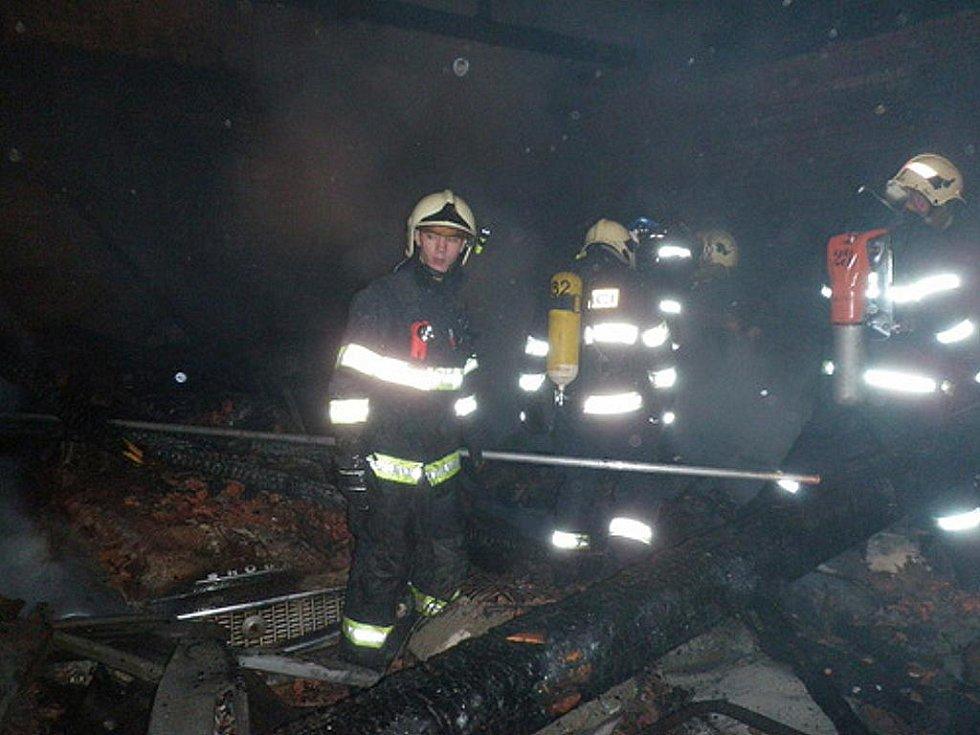 Víc než devět hodin boje s ohněm, jedenáct jednotek profesionálních a dobrovolných hasičů. Taková je bilance požáru, který v noci na sobotu vypukl v Opatovicích na Brněnsku.