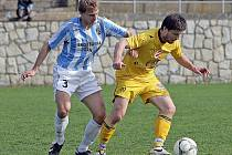 Fotbalista Pacanda (vpravo) si za Dostu Bystrc nezahraje.