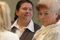 Bývalá starostka brněnských Medlánek Alena Valentová (na snímku uprostřed) a tehdejší tajemnice městské části Jarmila Olejníková u Městského soudu v Brně.