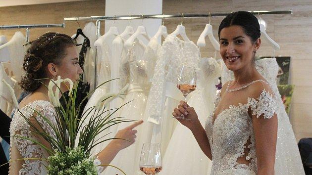Zástup svatebních šatů? Dřív to bylo jednodušší, byly jen dvoje, směje se žena