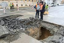 Propadlá silnice v Merhautově ulici zkomplikovala dopravní provoz.