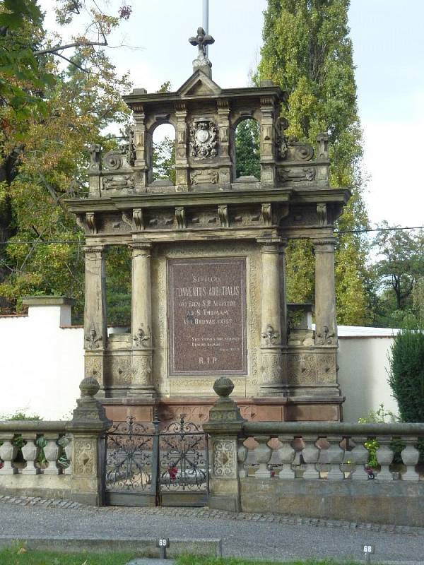 Náhrobek augustiniánů na Ústředním hřbitově v Brně po rozsáhlé úpravě hrobky v roce 2018. Náhrobek pochází z konce 19. století a je dílem architekta Germana Vanderley.