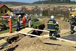 Po krk v hlíně zůstal v pondělí zavalený dělník v Březině na Brněnsku v asi 3,5 metru hlubokém výkopu. Zraněním na místě podlehl. Hasiči jej vyprošťovali hodinu.