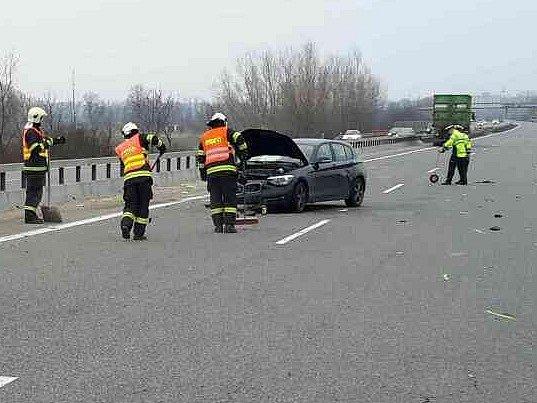 Na několik desítek minut zablokovala dopravní nehoda dálnici D52 u Pohořelic ve směru na Brno. Na šestadvacátém kilometru se v pondělí okolo půl desáté dopoledne srazily dva kamiony a osobní automobil.