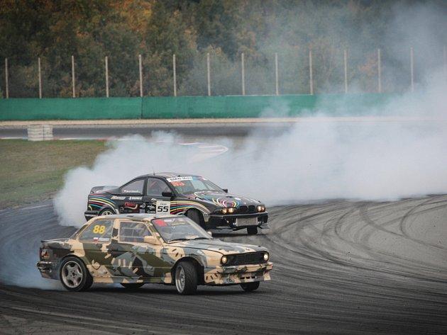 Po sobotě, kdy Masarykově okruhu vládly automobily při vytrvalostním Epilogu, je v neděli vystřídali mistři smyků. Při vyvrcholení českého šampionátu Czech drift series si prvenství v nejprestižnější kategorii Pro vybojoval Marco Zakouřil.
