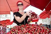 Jahody a třešně se v pátek červenaly na brněnském Zelném trh. Na náměstí totiž začaly Slavnosti jahod a třešní.