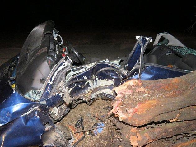 Krátce před sedmou hodinou večerní vyjížděli vúterý hasiči, policie a záchranka knehodě jednoho osobního auta na silnici mezi Nesvačilkou a Těšany na Brněnsku.