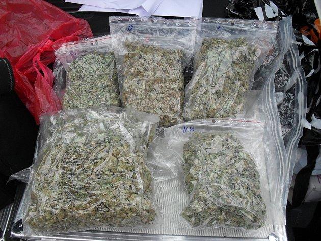 Přes tři čtvrtě kilogramu sušeného konopí našli v pondělí odpoledne celníci v autě jedoucím po dálnici D1 z Vyškova do Brna.