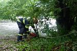 Zásah hasičů na Ivančicku, kde dodávka sjela do rozbouřené řeky.