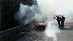 Na dálnici D1 začalo hořet auto