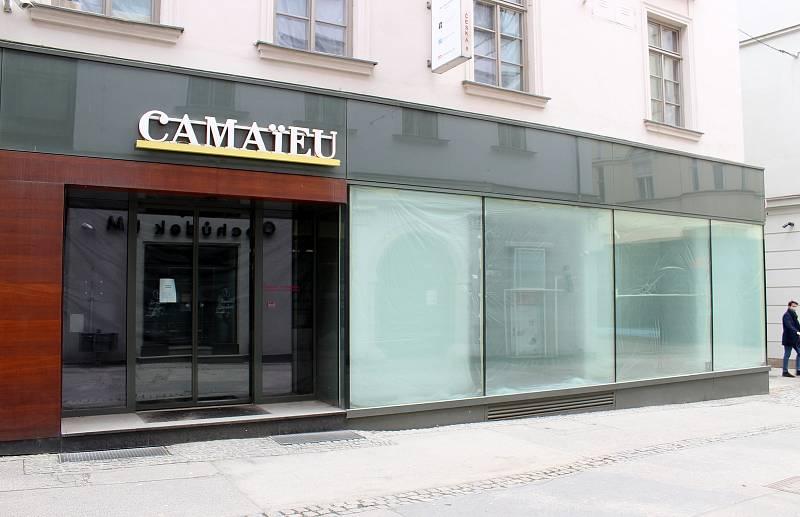 Zavřená prodejna oblečení v České ulici v historickém centru Brna, 13. března 2021.