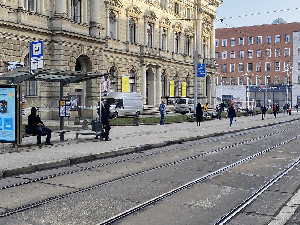 Od dnešního dne musí lidé povinně nosit respirátory nebo dvě chirurgické roušky na sobě  -  Malinovského náměstí.