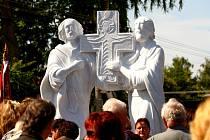 Sousoší sv. Cyrila a Metoděje v Moutnicích požehnal biskup Vojtěch Cikrle.